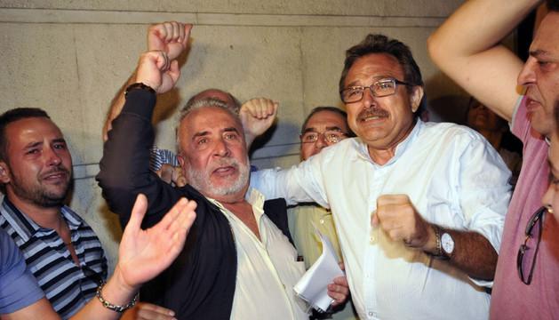 Salvador Mera (2-d) y el exsecretario de Desarrollo Industrial de CCOO en Andalucía, Roberto Carmona (2-i), salen en libertad de los juzgados de Sevilla tras conocer el auto de la juez Alaya el 11 de octubre