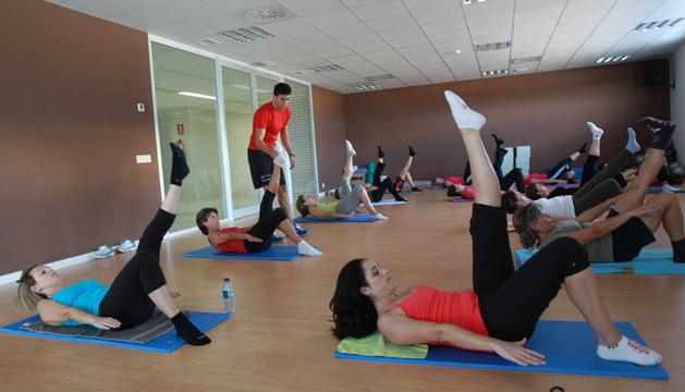 Asistentes a una clase de pilates, una de las actividades dirigidas más demandadas en el centro Clara Campoamor de Tudela