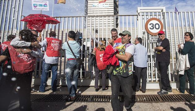 Varios ex trabajadores de Radio Televisión Valenciana (RTVV) muestra su alegría frente a las puertas del ente después de que el Tribunal Superior de Justicia de la Comunidad Valenciana (TSJCV) declarara nulo el Expediente de Regulación de Empleo