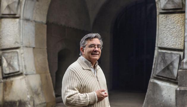 Juan Antonio Sáez García delante del fuerte de nuestra señora de Guadalupe