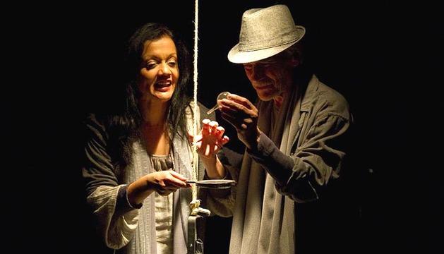 La compañía La Casa Incierta, durante un interpretación de la obra '¿Quién era yo antes de ser yo?'.