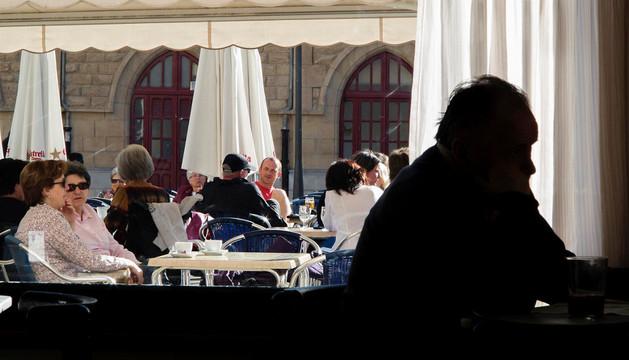 Imagen de la terraza del bar Estación de Estella, en la plaza de la Coronación, uno de los espacios con el suelo público más caro