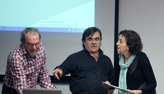 Agustín San Martín, Manolo Urroz y Carmen Casi, del José María Iribarren, preparando su intervención