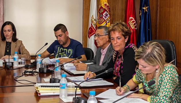 Imagen de un pleno en el que se ve a la alcaldesa con su grupo y a la asesora jurídica Marta Pernaut