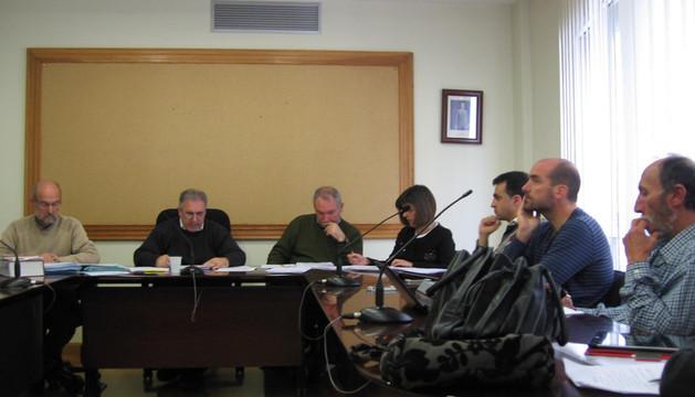 El secretario, el alcalde y sus 2 compañeros de AAV, Nabai y Bildu