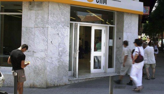 Exterior de una oficina de Caja de Ahorros del Mediterráneo (CAM) en Alicante.
