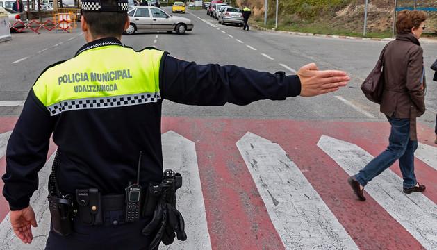 Personal de la Policía Municipal dirige el tráfico en el acceso al cementerio el pasado 1 de noviembre