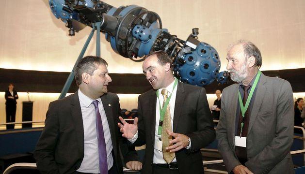 El consejero foral de Desarrollo Rural y Medio Ambiente, José Javier Esparza (c), junto al ministro de Asuntos Exteriores de Andorra, Gilbert Saboya (i) y el presidente de la Comunidad de Trabajo de los Pirineos, Marc Caballido (c).