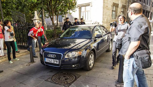 Trabajadores de Radiotelevisión Valenciana increpan al presidente, Alberto Fabra, cuando salía de la Generalitat