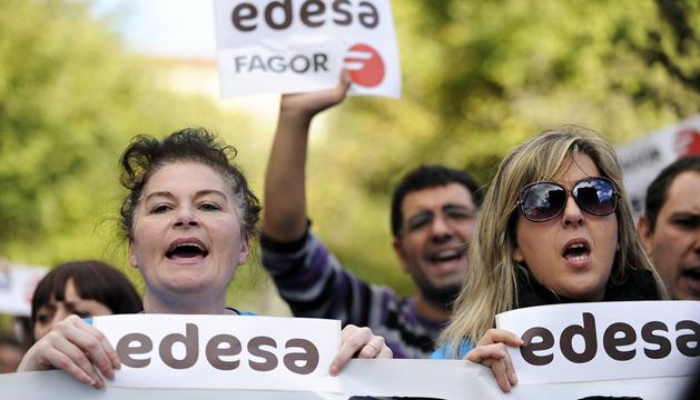 Empleados de Fagor, protestando ante el Parlamento vasco, en Vitoria