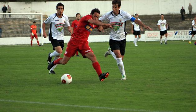 Lumbreras forcejea con un rival del Real Unión en el último partido disputado en el Ciudad de Tudela