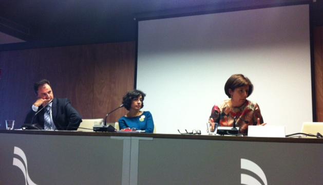 Desde la izda., Rogelio Andueza (vicedecano), Margarita Pérez Salazar y Pilar Lasheras en la conferencia en la sede de mancomunidad
