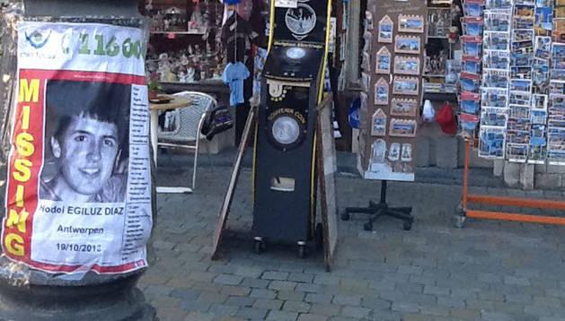 Un cartel con el rostro del joven vasco desaparecido Hodei Egiluz Díaz.