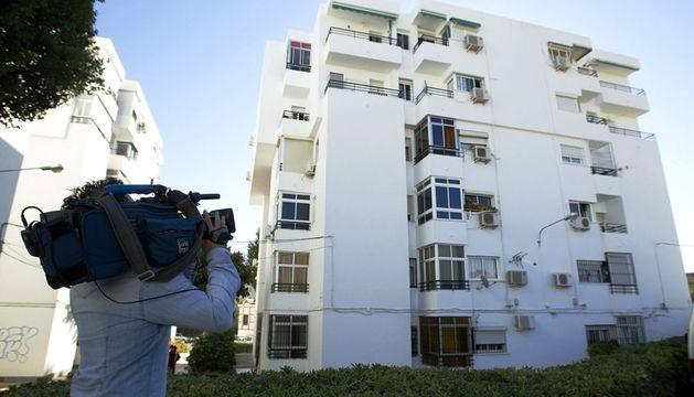 Un cámara toma imágenes del edificio, situado en la barriada malagueña de Ciudad Jardín.