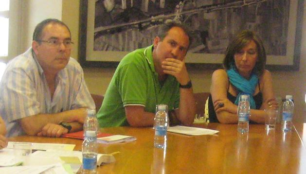 Desde la izda., los ya ex ediles socialistas Juan José Galarza, Miguel Solís y Manuela Tarrados