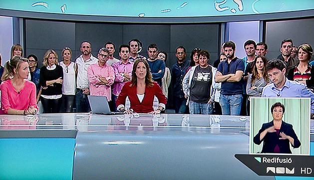 La presentadora del informativo valenciano informaba del cierre de la cadena.