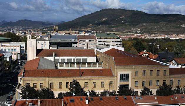 Vista del colegio Salesianos con la calle San Fermín en la parte inferior, la calle Aralar a la izquierda, y la Media Luna a la derecha