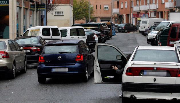 Vista de la calle Ricardo Bel, una de las más comerciales y donde son habituales las dobles filas