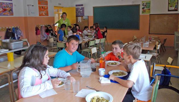 Varios niños, en el comedor escolar del colegio público Mardones y Magaña de Murchante.