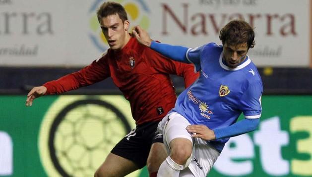 Roberto Torres disputa la pelota ante el Almería