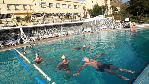 Varias personas se bañaban ayer en la piscina climatizada exterior del balneario de Fitero
