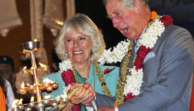 Carlos y Camilla, durante la ceremonia religiosa nocturna a orillas del Ganges.