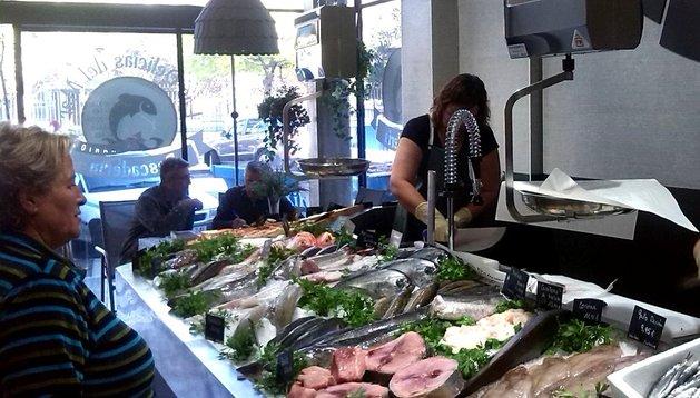 Isabel Velasco, dueña del negocio, atiende a una clienta en 'Las delicias del mar'.