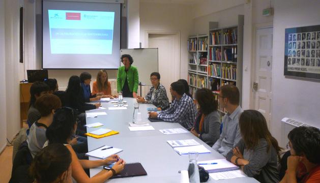 Teresa Nagore se dirige a los participantes en las sesiones formativas