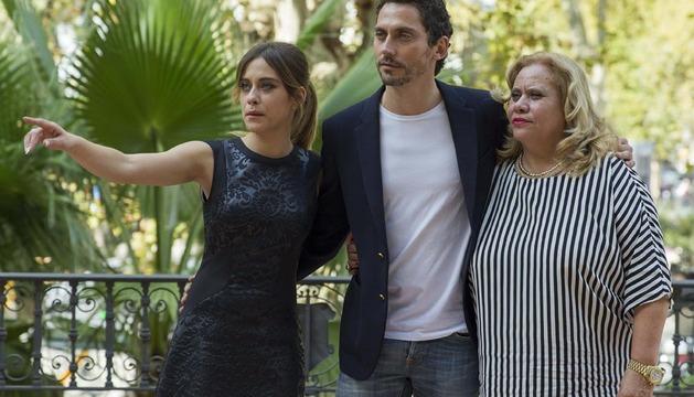 El actor y director Paco León, junto a su madre Carmina y su hermana María.