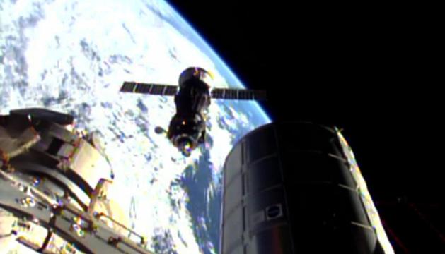 La nave Soyuz TMA-11M, alcanzando la Estación Espacial Internacional.