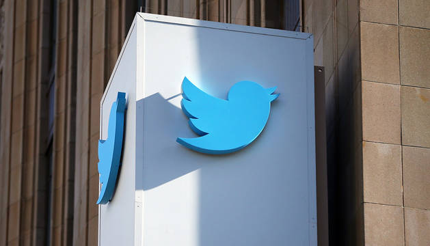 Logotipo de Twitter a la entrada de su sede