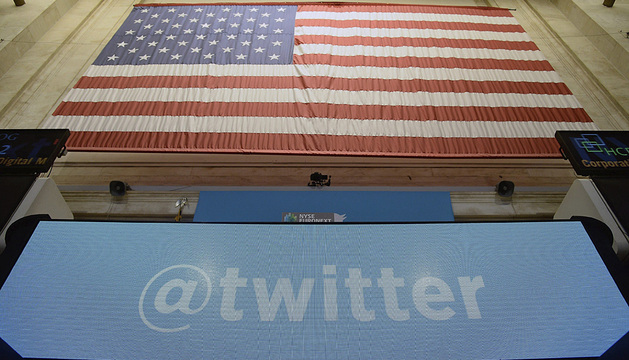 Una pantalla muestra el logotipo de Twitter en la bolsa de Nueva York.