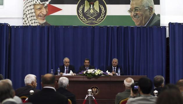 El jefe de la comisión oficial palestina que investiga las causas de la muerte de Yaser Arafat, Taufik Tirawi (c), durante la rueda de prensa de este viernes.