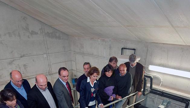 Barcina, entre el consejero Esparza y la alcaldesa de Baztan, en el interior del depósito de aguas.