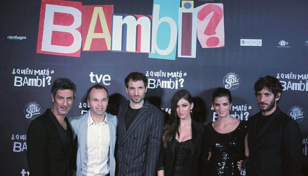 Los actores, el argentino Ernesto Alterio (i); Julián Villagrán (3i); Clara Lago (2d) Úrsula Corberó (3d), y Quim Gutiérrez, junto al centrocampista del FC Barcelona, Andrés Iniesta (2i)