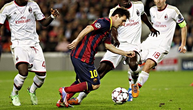 Lionel Messi trata de avanzar rodeado de jugadores del AC Milan