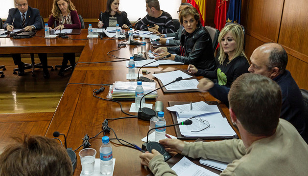 Begoña Ganuza debate con Koldo Leoz (Bildu) en un momento del pleno celebrado a la una de la tarde.