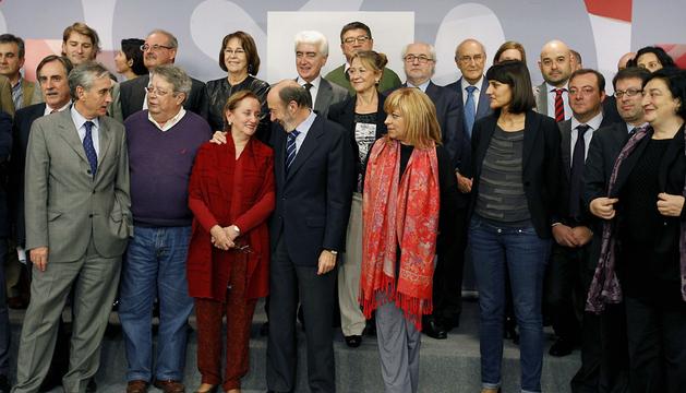 Alfredo Pérez Rubalcaba (c), junto a los expertos que han colaborado en la ponencia marco de la Conferencia Política