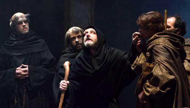 Primera actuación en su localidad natal. En El nombre de la rosa, el actor de 50 años y con tres décadas de carrera teatral, representa a Jorge de Burgos, el monje ciego y antiguo bibliotecario de la abadía.
