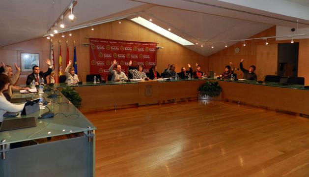 Momento de la votación en el salón de plenos tafallés que refleja la unanimidad en la aprobación.