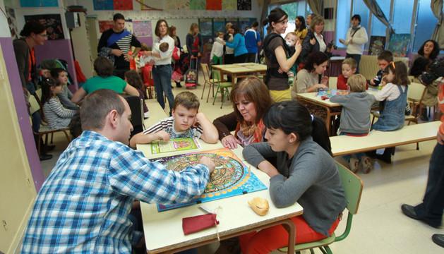 El aula de Música del colegio público Griseras de Tudela acogió el taller de juegos cooperativos organizado por la Apyma del centro.