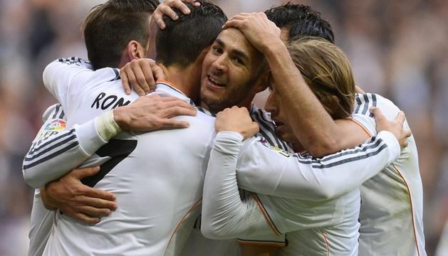 Los jugadores del Real Madrid celebran el gol de Benzemá