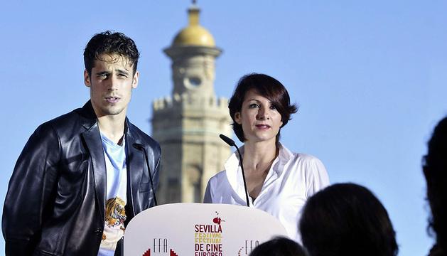 Los actores Martiño Rivas y Nawja Nimri anuncian los nominados a los Premios Europeos del Cine,  durante el Festival de cine europeo de Sevilla.