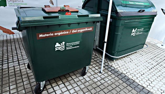 El nuevo contenedor con detalles en marrón junto a uno de restos