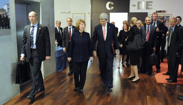 El secretario de Estado de EE UU, John Kerry (c-d), y la jefa de la diplomacia europea, Catherine Asthon (c-i), a su llegada a la sede de la Unión Europea en Ginebra (Suiza)