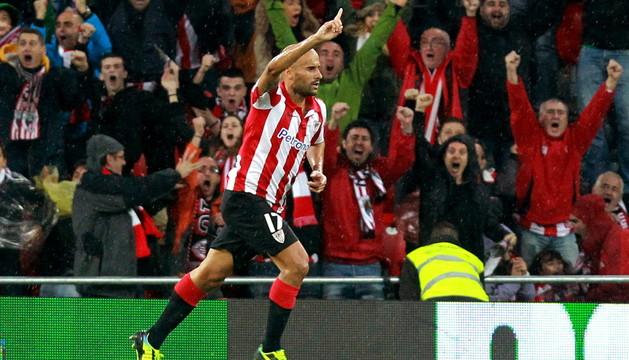 El centrocampista del Athletic de Bilbao Mikel Rico celebra tras marcar el primer gol ante el Levante, durante el partido de Liga en Primera División disputado este sábado en el estadio de San Mamés, en Bilbao