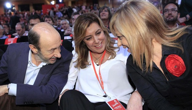 Alfredo Pérez Rubalcaba, junto a la presidenta de la Junta de Andalucía, Susana Díaz (c), y la vicesecretaria general del PSOE, Elena Valenciano (d), al inicio de la conferencia política