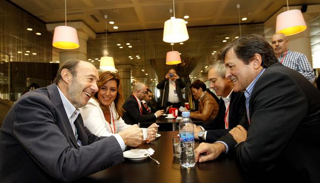 Alfredo Pérez Rubalcaba junto a los presidentes de Andalucía, Susana Díaz, y Asturias, Javier Fernández, y el primer secretario del PSC, Pere Navarro, antes de la conferencia política.