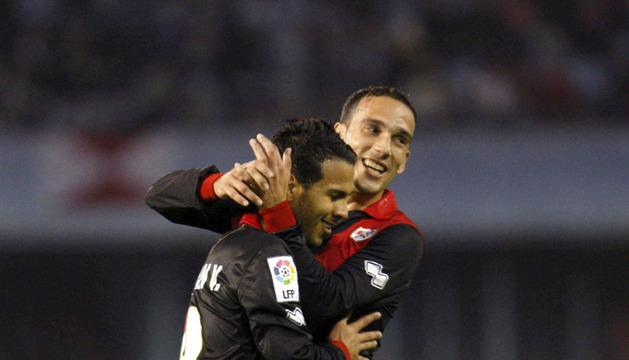 El jugador del Rayo Vallecano Jonathan Vieira (i) celebra el gol marcado al Celta