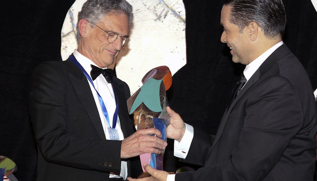 El psiquiatra español Luis Rojas Marcos (i) recibe el premio internacional de la Fundación Gabarrón en la categoría de Ciencia e Investigación de manos del periodista Allan Villafañe de la cadena Telemundo.